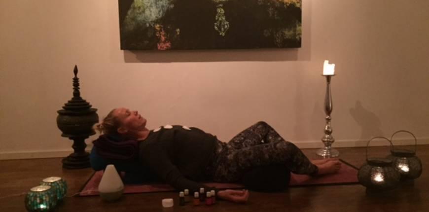 31mars Sukha friday med  Jeanette Johnsson Restorative Aroma Yoga